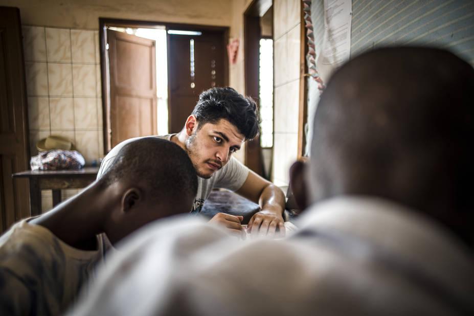 Programme de Cours accélérés de Cachi, avec l'athénée Alfred Verwée et Via Don Bosco.  Bilal fait du soutien à la lecture.