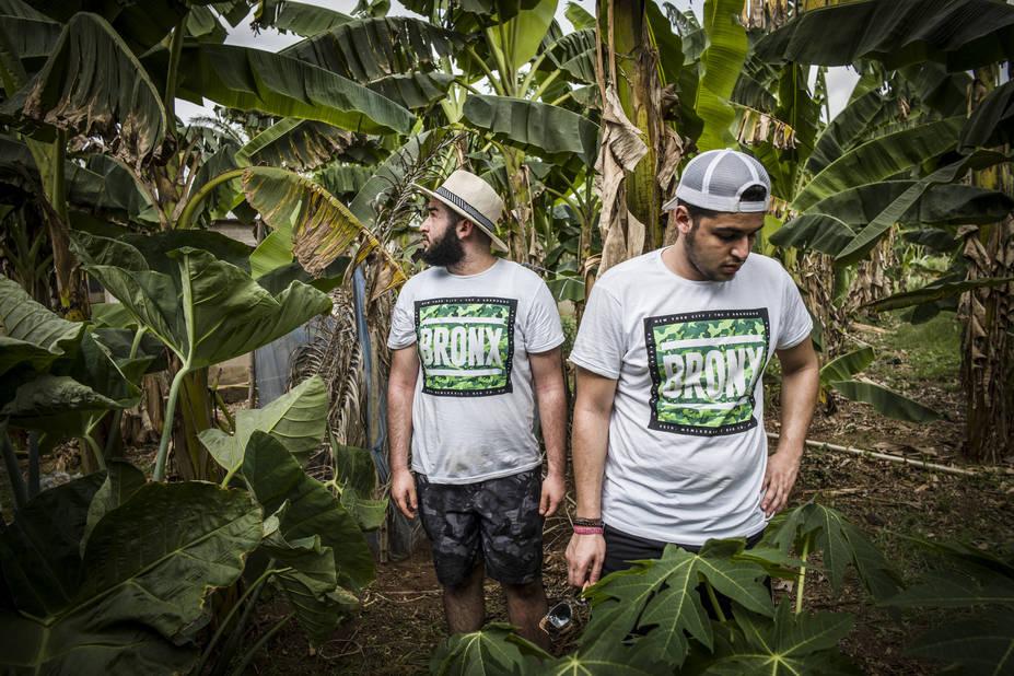Ferme de Sakété, avec l'athénée Alfred Verwée et Via Don Bosco.      Bilal et Mikail, les frérots du Bronx dans le champ de palmiers.