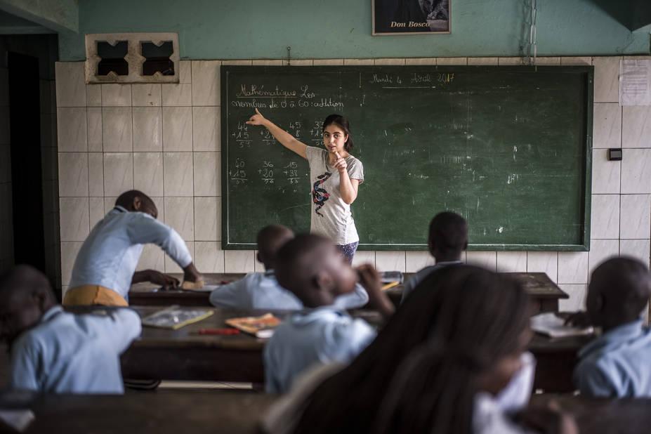 Programme de Cours accélérés de Cachi, avec l'athénée Alfred Verwée et Via Don Bosco.  Eda, petite jeune fille de 16 ans, ne se démonte pas au moment de faire la classe.