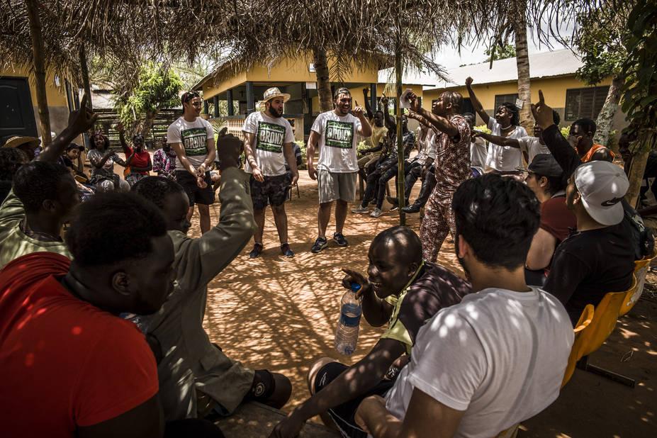 Ferme de Sakété, avec l'athénée Alfred Verwée et Via Don Bosco.   Après-midi jeu à l'ombre. Les frères du « Bronx » chantent pour les Béninois.