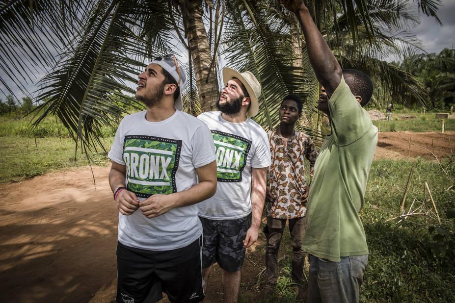 Ferme de Sakété, avec l'athénée Alfred Verwée et Via Don Bosco.   Bilal et Mikail apprennent tout ce qu'il faut savoir sur le potager béninois avec Eugène et Brian.