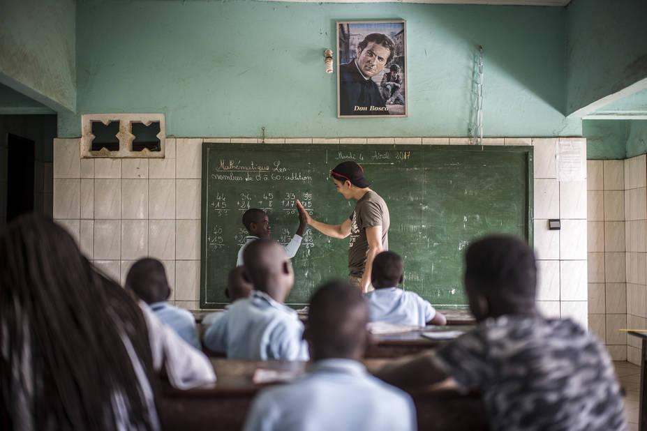 Programme de Cours accélérés de Cachi, avec l'athénée Alfred Verwée et Via Don Bosco.  Abdel fait un peu de maths pour se détendre.