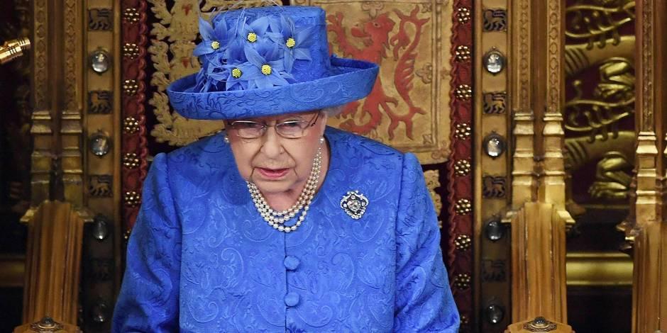 En plein discours sur le Brexit, ce chapeau de la reine Elizabeth II n'est pas passé inaperçu
