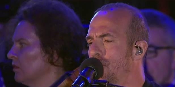 Calogero submergé par l'émotion en chantant pour les victimes de l'attentat de Nice (VIDEO) - La Libre