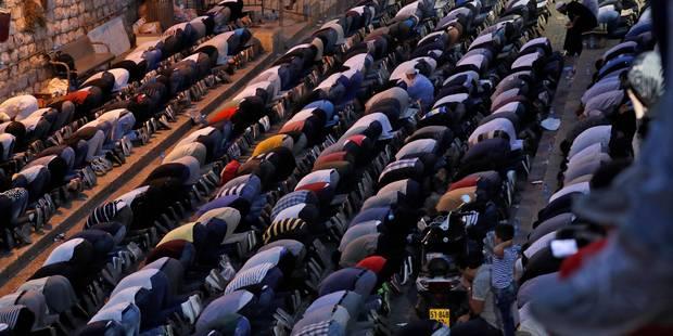 Jérusalem: des milliers de musulmans prient à l'extérieur de l'esplanade des Mosquées - La Libre