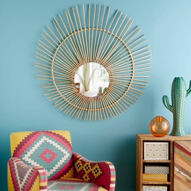 Un miroir en rotin (et en forme de soleil) pour faire rayonner notre intérieur. (Photo : Maisons du Monde)