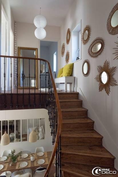 Plusieurs miroirs de formes différentes dans la cage d'escalier, effet garanti.