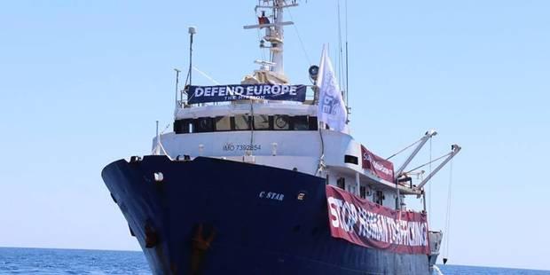 Le bateau anti-migrants des identitaires secouru par une ONG pro-réfugiés après un problème technique en Méditerranée - ...
