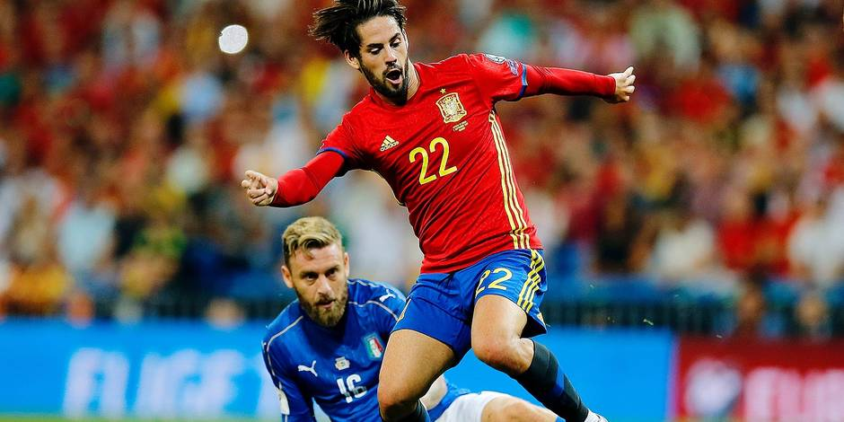 Spain's Isco, right, escapes Italy's Daniele De Rossi during the World Cup Group G qualifying soccer match between Spain and Italy at the Santiago Bernabeu Stadium in Madrid, Saturday Sept. 2, 2017. (AP Photo/Paul White)