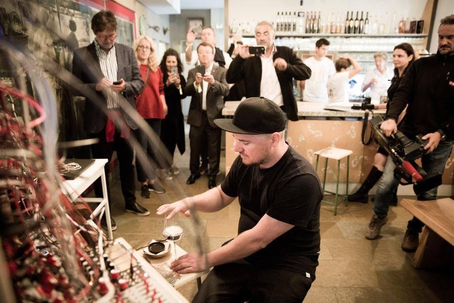 Expérimental. Zanshin Kuge, musicien, DJ, artiste sonore et producteur de musique électronique viennois a captivé et fait vibrer les participants. Il produisait des sons cosmiques en caressant deux verres de vin reliés à une batterie de synthétiseurs modulaires…