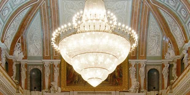 Des lustres de l'hôtel de ville d'Anvers dans votre salon ? - La Libre