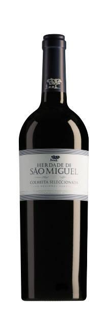 86/100Delhaize - 7,59€     Un très bel assemblage d'Alicante Bouschet, de Touriga Nacional, de Syrah et de Cabernet sauvignon élevé six mois en barriques de 400 litres et bâti sur le fruit. L'entrée de bouche est très aromatique, le vin est riche en fruits rouges mûrs, il est aussi juteux, savoureux, structuré et épicé, avec un léger retour de bois. C'est un vin où rien n'est laissé au hasard, il trouvera dès lors un large public. (13,5% alc.)      Foodpairing: Porc, viandes blanches, pâtes à la sauce tomate, lasagne, brie      Service: 17 à 18°C      Garde: max 5 ans