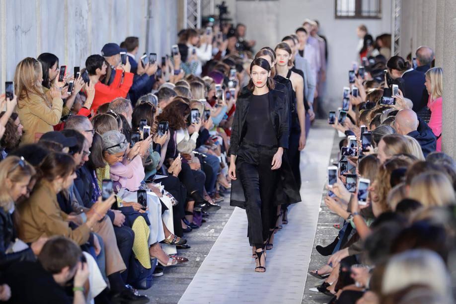 Max Mara fait le pari de la diversité. Des mannequins occidentales comme Bella Hadid côtoyaient Halima et d autres mannequins asiatiques dans une ambiance joyeuse et amicale.