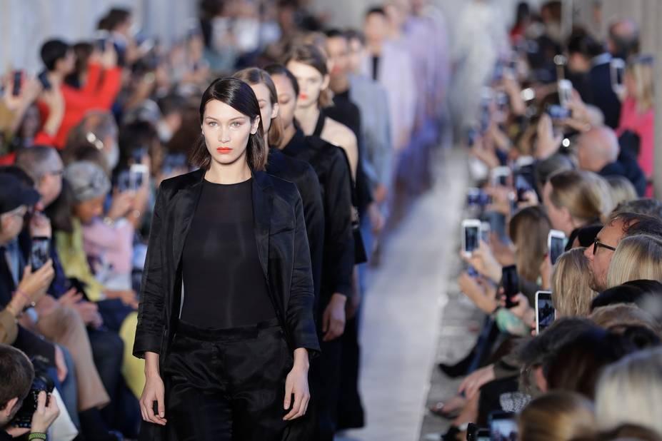 De magnifiques trenchs et des jupes sont réalisés en organza pour un effet léger et en même temps enveloppant.