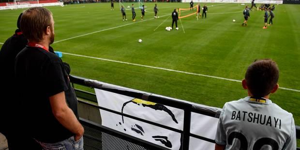 Diables rouges: les Ultras affichent leur soutien à Nainggolan durant l'entraînement, où 1200 supporters étaient présent...