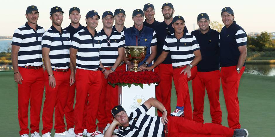 JERSEY CITY, NJ - OCTOBER 01: The U.S. Team celebrates with the trophy after they defeated the International Team 19 to 11 in the Presidents Cup at Liberty National Golf Club on October 1, 2017 in Jersey City, New Jersey. Sam Greenwood/Getty Images/AFP == FOR NEWSPAPERS, INTERNET, TELCOS & TELEVISION USE ONLY ==