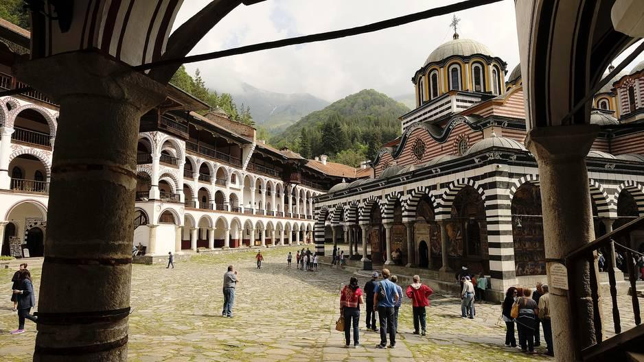 Les chemins de Rila. Pays orthodoxe, la Bulgarie a dû résister pendant cinq siècles à l'assimilation ottomane et cette résistance s'est incarnée dans de grands monastères, de préférence isolés au milieu des montagnes. Non loin de Sofia, on trouve à la fois le plus haut sommet de toute l'Europe de l'Est - quasi 3 000 mètres - et le plus prestigieux des monastères bulgares, le monastère de  Rila. Vous passez la porte, pénétrez dans la cour intérieure et la première vision de cet ensemble de bâtiments colorés est inoubliable. Maintes fois détruit, il a été magnifiquement reconstruit voici deux siècles autour de son antique tour fortifiée. Après la visite, des sentiers de randonnée, dont celui très populaire des Sept lacs, vous attendent au pied du monastère pour explorer le massif du Rila. Côté montagnes, avec encore le Pirin, le Grand Balkan et le Rhodope, la Bulgarie est une destination de choix pour les randonneurs, traversée par plusieurs grands itinéraires européens.