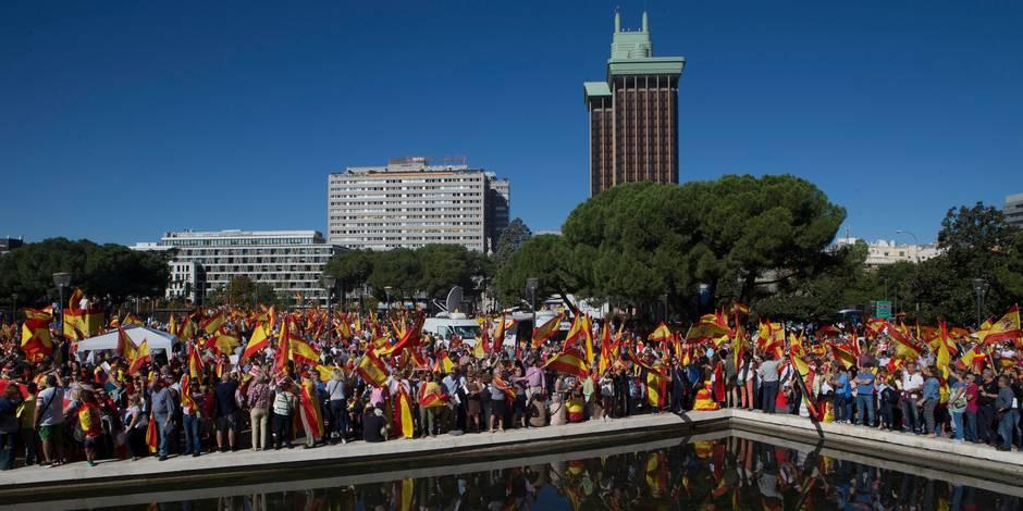 """Catalogne: des dizaines de milliers d'Espagnols manifestent pour """"le dialogue"""" et l'""""unité"""""""