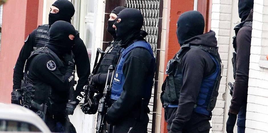 Deux individus sur les sept interpellés ce week-end dans le cadre de l'enquête sur les attentats commis vendredi à Paris ont été placés sous mandat d'arrêt et inculpés du chef d'attentat terroriste et participation aux activités d'un groupe terroriste, a indiqué lundi le parquet fédéral. Les cinq autres, dont Mohamed Abdeslam, frère du suspect activement recherché Salah Abdeslam, ont été libérés. Lundi dans la matinée, une opération policière a été menée rue Delaunoy à Molenbeek-Saint-Jean en vue d'interpeller Salah Abdeslam, le suspect clé visé par un mandat d'arrêt international et activement recherché dans le cadre des attentats de Paris. Une perquisition a été exécutée, mais aucune arrestation judiciaire n'a été effectuée, a encore précisé le parquet.