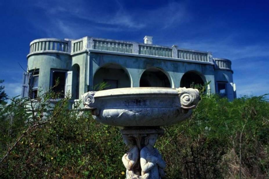 Ce manoir s'appelle Darby Castle, c'était à la base la maison principale d'une plantation aux Bahamas et beaucoup d'histoires sulfureuses circulent sur son premier propriétaire Sir Baxter et sa maîtresse.