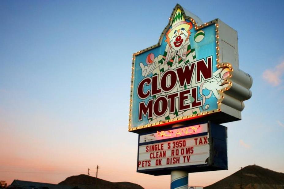 Le Clown Motel à Toponah au Nevada est inscrit dans tous les guides de voyage. Construit à côté d'un cimetière, cet hôtel tenu par un frère et une soeur renferme un nombre impressionnant d'accessoires, de figurines, de marionnettes et de masques, de mannequins, tournant autour des clowns.