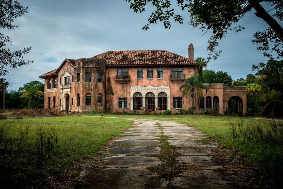 Howey-in-the-Hills tout près de Orlando en Floride est abandonnée depuis des années. Cette maison a été construite pour le magnat des plantations de citrons, William Howey. Depuis 2015, elle est à vendre pour 480 000 dollars.