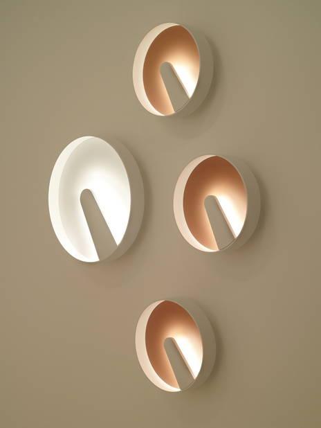 Luc Ramael. La création de surfaces planes pour les sources lumineuses a influé sur l'aspect formel des luminaires, qui, ici, se fondent dans le mur.    Luc Ramael, Lipps Trizo 21 © Bruno Van Menen
