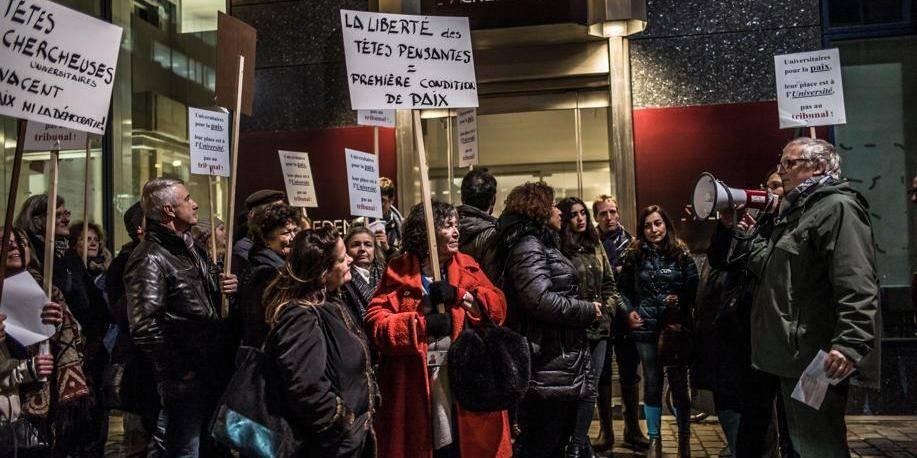 La justice turque entame le procès des universitaires, manifestation à Bruxelles