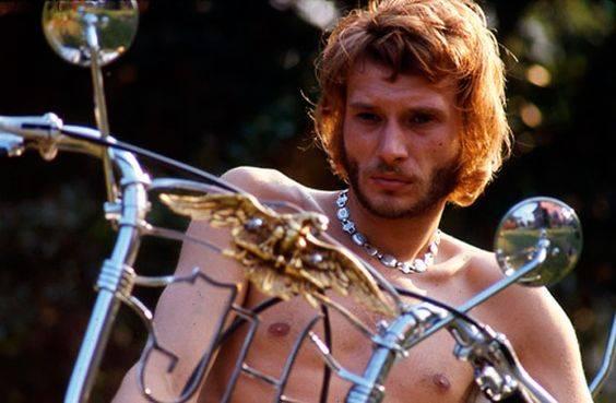 Torse nu sur une grosse cylindrée, Johnny pourrait être au festival de Woodstock.