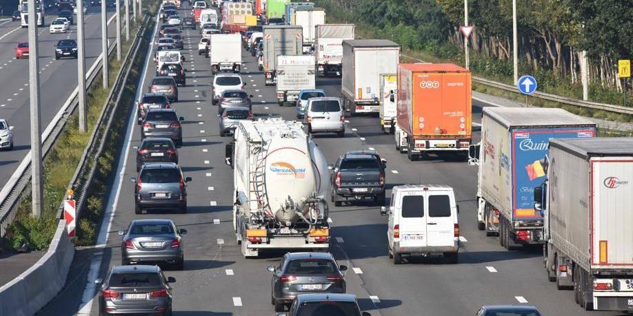 Trafic circulation E40 autoroute embouteillage navetteur conducteur auto voiture camion taxe kilomètre sécuriée vitesse environnement CO carbone pollution