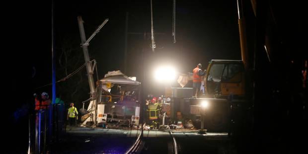 """Six collégiens tués dans une collision entre un train et un bus en France: la conductrice du car """"dévastée"""" et """"en dépre..."""
