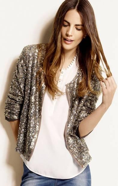 Porter un vêtement brillant sur un look sobre