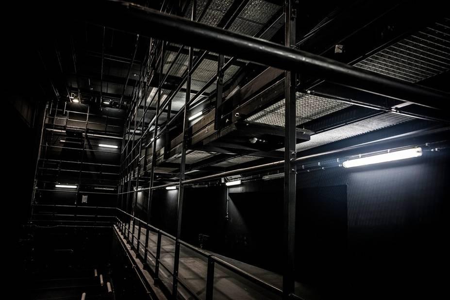 Dans les hauteurs de la scène, des poulies, des projecteurs, des fils (on ne dit pas corde au théâtre), des cintres, ... toute une technique qui fait vivre un spectacle.