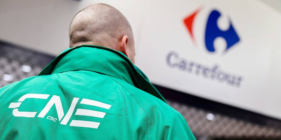 Illustration picture shows a man wearing a CNE trade union vest in front of the Carrefour supermarket in Auderghem, Friday 26 January 2018. The Carrefour direction announced its reform plans for the supermarket chain on Thursday 25/01, some 1200 jobs will be lost. BELGA PHOTO LAURIE DIEFFEMBACQ