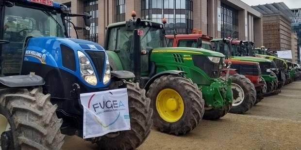 """Une douzaine de tracteurs et une bétaillère ont rallié le rond-point Schuman à Bruxelles: """"Nous venons amicalement cette..."""