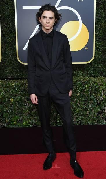 Lors des Golden Globes, l'acteur a lui aussi porté du noir. Il a choisi ce redoutable combo costume cintré et noeud papillon.