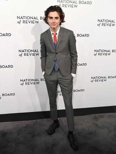 Pour égayer un costume gris, rien de tel qu'une cravate graphique et colorée.   Mad Men des temps modernes.