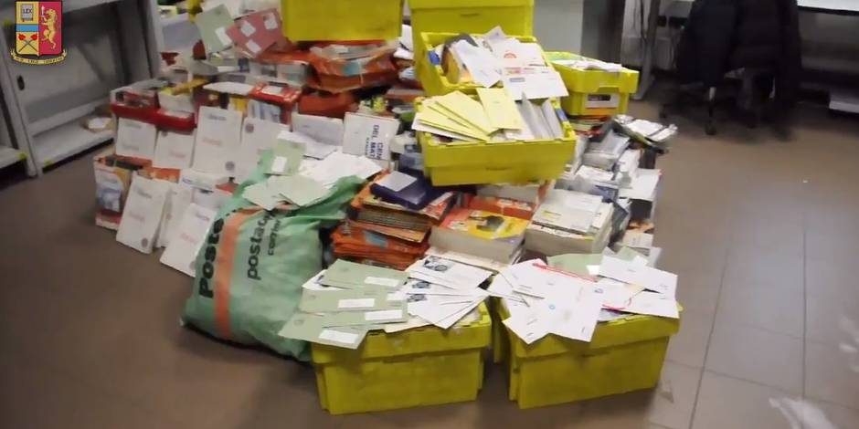 Une demi-tonne de courrier non délivré retrouvée chez un facteur — Italie