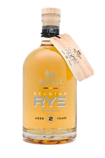 En 2015, la Distillerie de Biercée, qui distille d de manière traditionnelle des eaux-de-vie, liqueurs, gins et genièvre, s'est lancée dans un projet inédit : la création d'un Rye Whisky. Le voici, âgé de 2 ans ! Belge et bio, fin et rustique à la fois. 44,90 €.