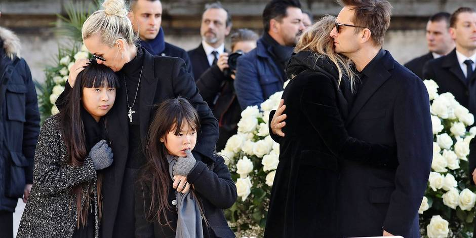 Son of late French singer Johnny Hallyday David Hallyday (1st-R), daughter Laura Smet (2nd R), Johnny's wife Laeticia (4th-R), their daughters Jade (5th-R) and Joy (3rd-R) stand by the coffin outside at the Eglise de la Madeleine (Madeleine Church) at the start of the funeral ceremony for their late father on December 9, 2017 in Paris. French music icon Johnny Hallyday died on December 6, 2017 aged 74 after a battle with lung cancer, plunging the country into mourning for a national treasure whose soft rock lit up the lives of three generations. / AFP PHOTO / POOL / ludovic MARIN