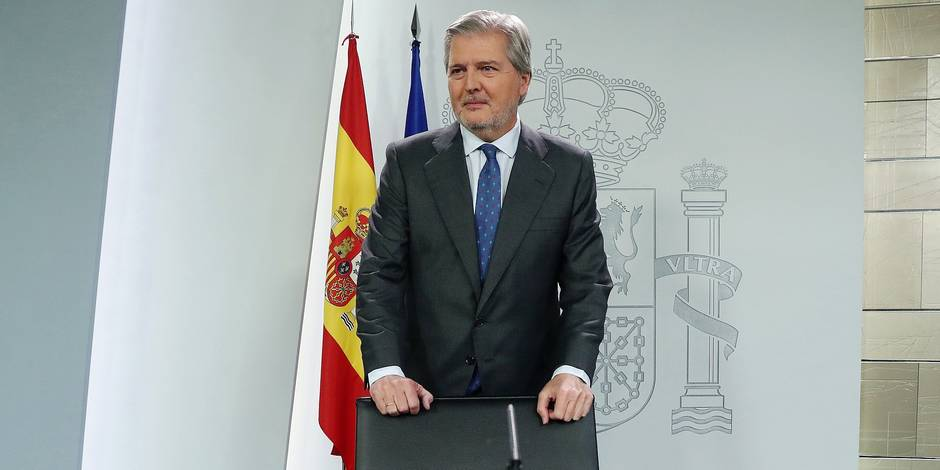 Spanish Government's spokesman, Inigo Mendez de Vigo (C), gives a press conference at the end of the Cabinet Meeting at the Palace of La Moncloa in Madrid, SPain, on 17 November 2017. EFE/ J.j. Guillén