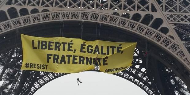 Onze militants de Greenpeace condamnés pour avoir déployé une banderole sur la Tour Eiffel contre Marine Le Pen - La Lib...