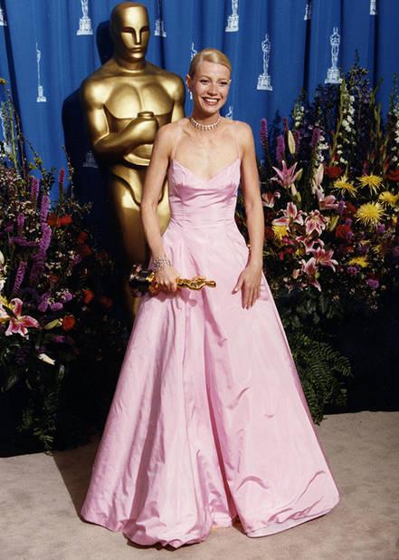 Gwyneth Paltrow dans une                                             robe rose bonbon Ralph Lauren pour recevoir l'Oscar de la meilleure actrice pour Shakespeare in Love, en 1999