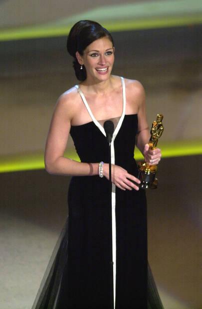 Julia Roberts divinement élégante pour recevoir l'Oscar de la meilleure actrice pour son rôle dans Erin Brockovich,                                            robe Armani, 2001