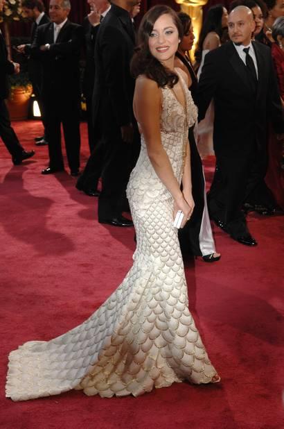 Marion Cotillard jolie sirène dans une robe                                  Jean-Paul Gaultier en 2007, oscarisée pour La Môme