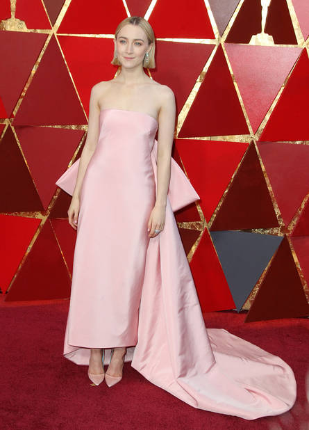 Saoirse Ronan en robe rose poudré                      Calvin Klein