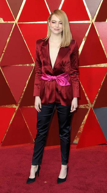 Emma Stone en tailleur pantalon                      Louis Vuitton, son créateur pour toute l'année 2018