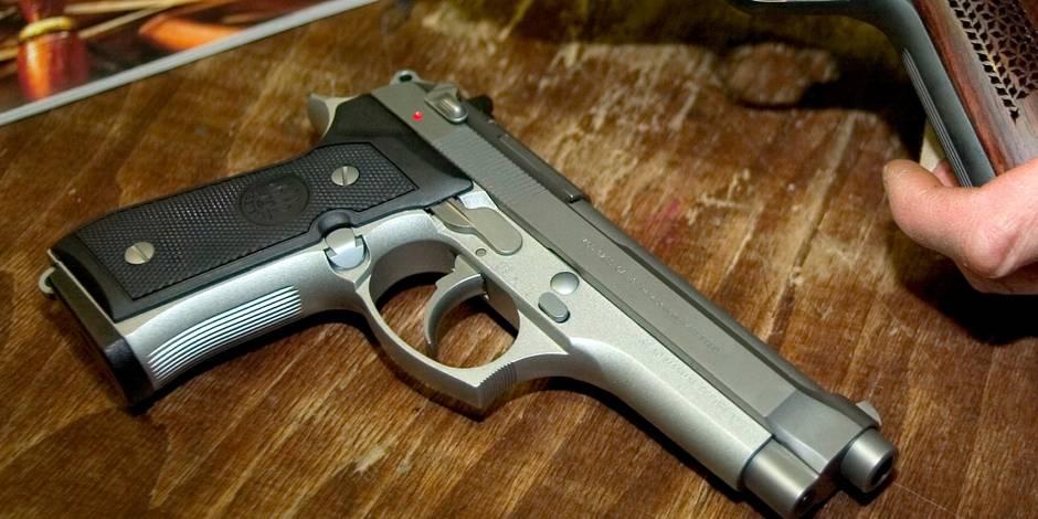 Un professeur tire accidentellement avec son arme en classe et blesse un élève
