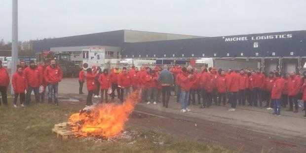 Houdeng : la FGTB brûle un cercueil pour protester contre le dumping social - La Libre