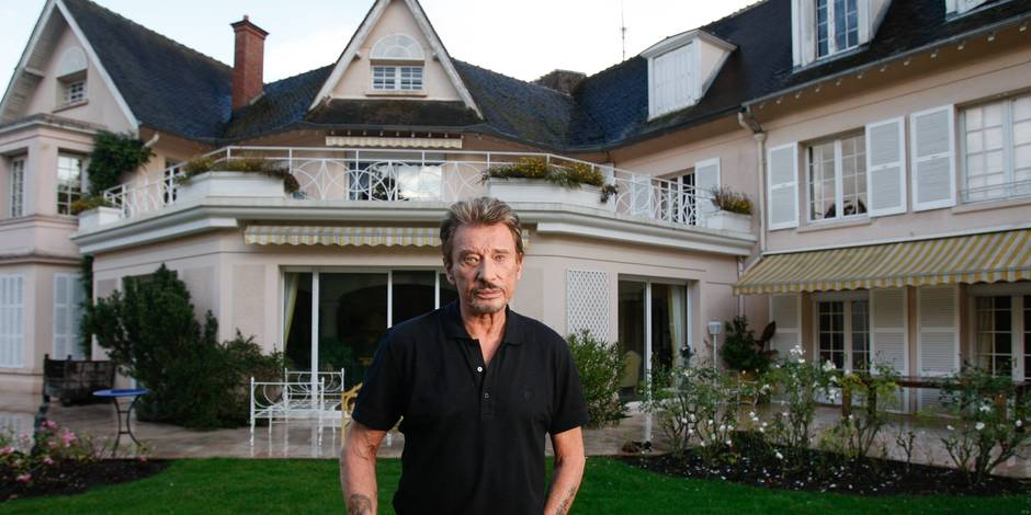 ©PHOTOPQR/LE PARISIEN/MATTHIEU DE MARTIGNAC ; MARNE LA COQUETTE 27/10/2008 LE ROCKER JOHNNY HALLYDAY DEVANT SA MAISON A MARNE LA COQUETTE FILES 'French Elvis' Johnny Hallyday dies aged 74 Veteran French rocker, Johnny Hallyday, who achieved iconic status during a career spanning over half-a-century, has died following a battle with lung cancer, his wife said Wednesday. He was 74. In front of his house at Marnes-la-Coquette